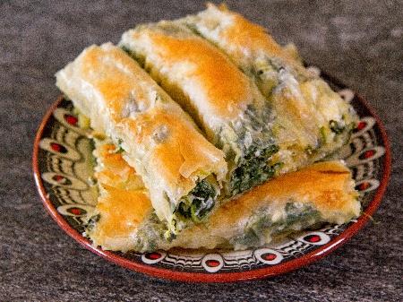 Вита баница от готови кори със спанак, пресен лук, извара и майонеза - снимка на рецептата